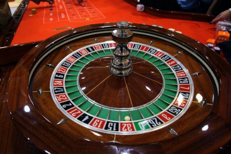 Receitas dos casinos de Macau caíram pelo terceiro ano consecutivo em 2016