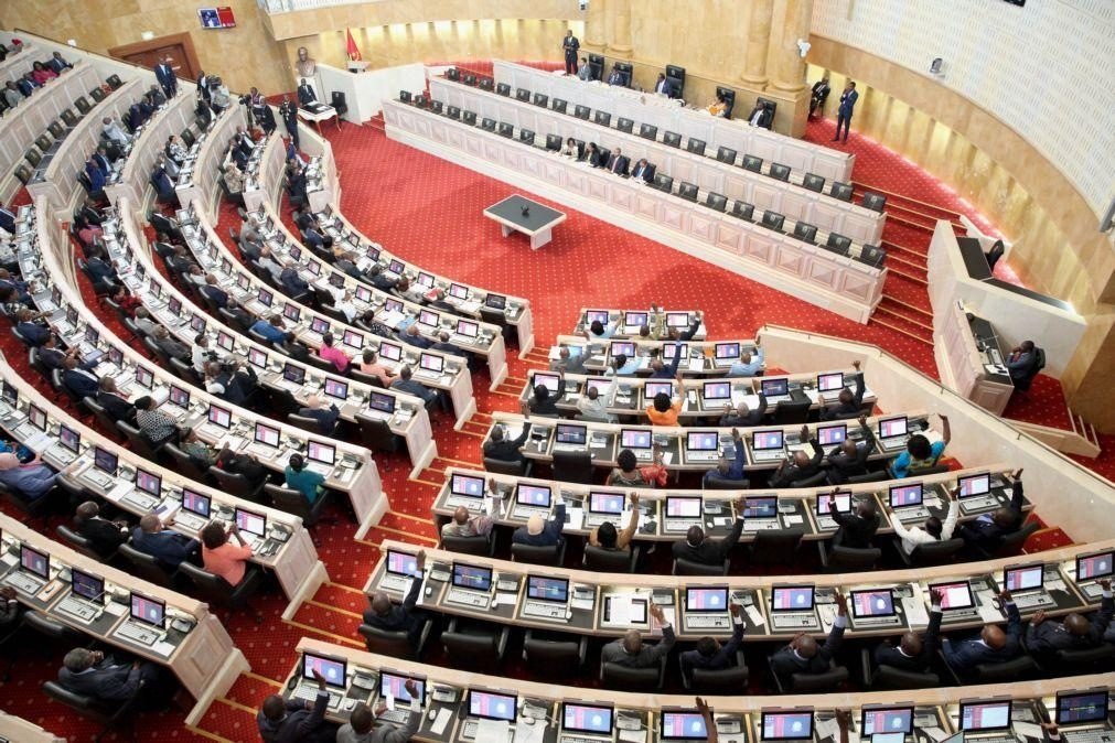 Parlamento angolano aprova descontos de polícias e militares para o IRT e oposição contesta