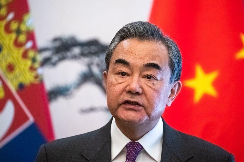 Covid-19: China e EUA «à beira de uma nova Guerra Fria»