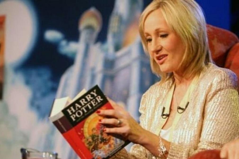 JK Rowling paga um ano de salário à pessoa que criticou Boris Johnson no Twitter