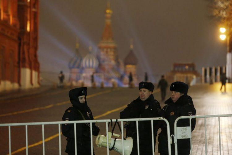 Diplomatas russos expulsos por Washington abandonaram os Estados Unidos