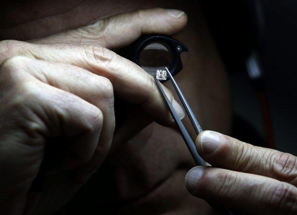 Venda de diamantes angolanos a compradores estrangeiros deve ser em moeda estrangeira -- banco central