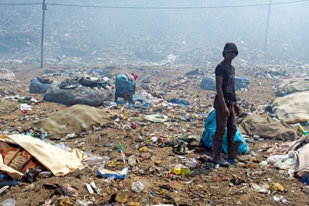 Famílias que viviam na lixeira onde 16 pessoas morreram em Maputo reclamam atrasos de subsídios