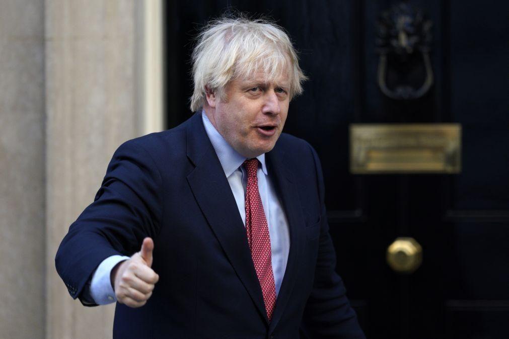Reino Unido promete passaporte britânico a millhões de residentes em Hong Kong