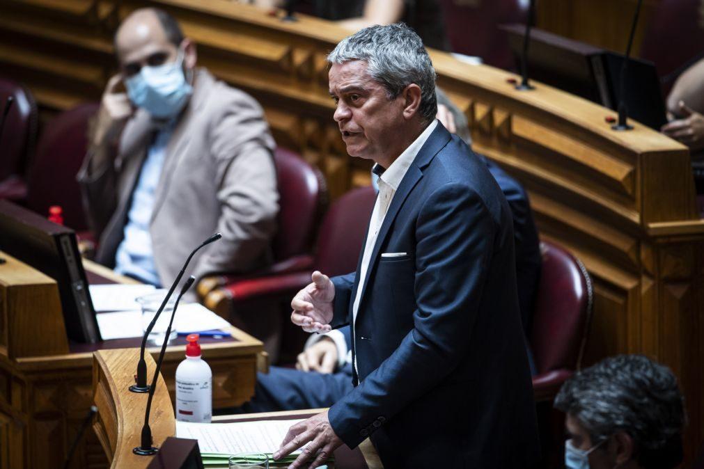 Covid-19: Oradores no debate quinzenal falam sem máscara depois de clarificação da DGS