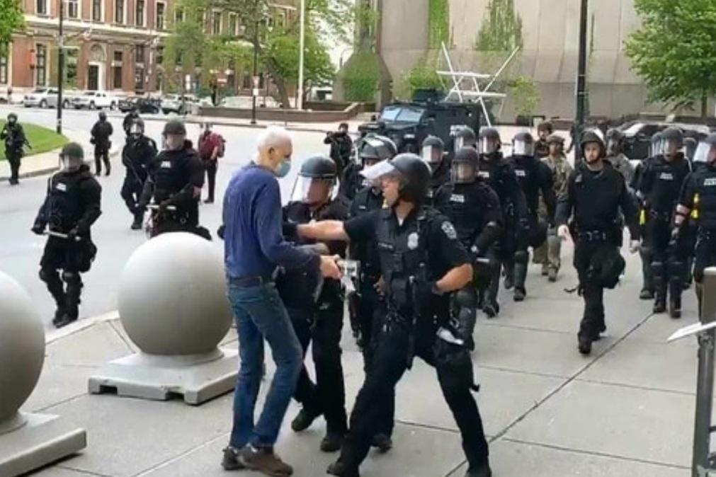 EUA: Polícias suspensos após deixarem inconsciente homem de 75 anos