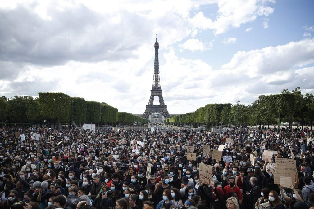Parisienses saem à rua pacificamente para lutar contra o racismo