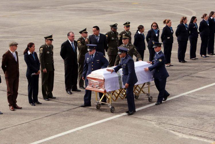 Corpos de futebolistas e dirigentes mortos em acidente aéreo chegaram a Chapecó