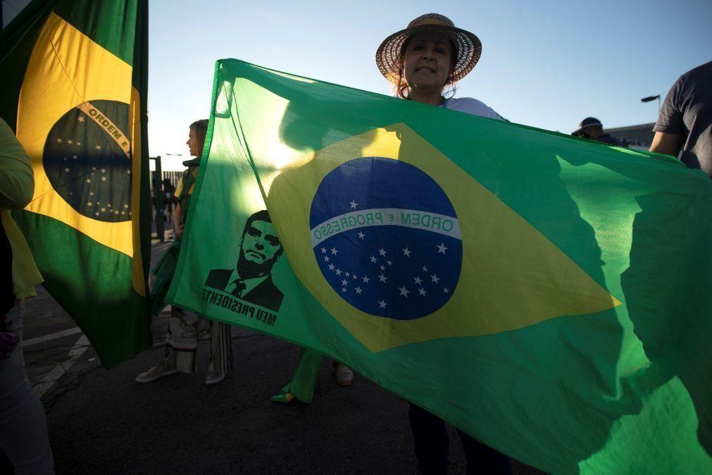 Apoiantes de Bolsonaro pedem intervenção militar em frente à sede do Exército