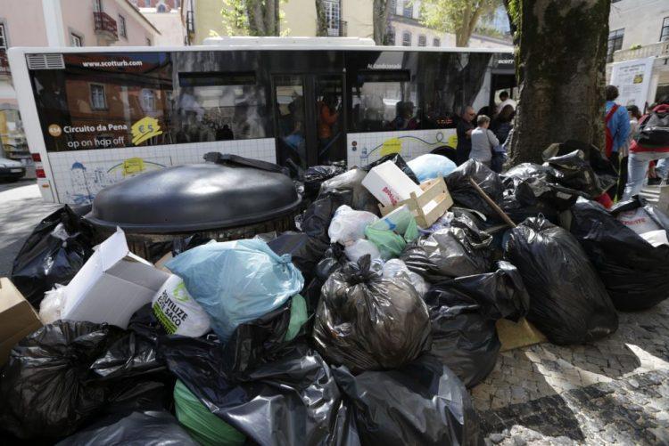 Sindicato satisfeito com greve na recolha do lixo em Coimbra, Câmara desvaloriza