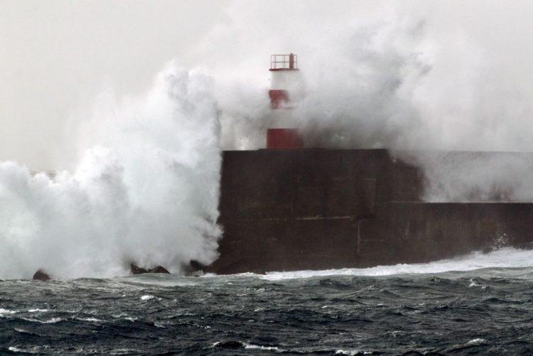 Quatro barras fechadas e três condicionadas devido à agitação marítima