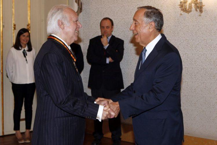 PR condecora Carlos do Carmo, fadista que