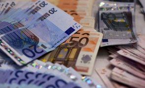 Homem atira 25 mil euros do apartamento, causa o caos na rua e acaba detido [vídeo]