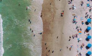 Regras nas praias: máscara no acesso e três metros entre chapéus
