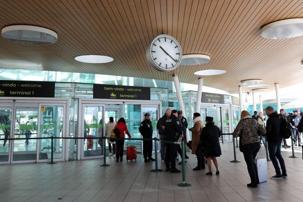 Epidemiólogos britânicos defendem que todos os que cheguem do estrangeiro devem cumprir quarentena