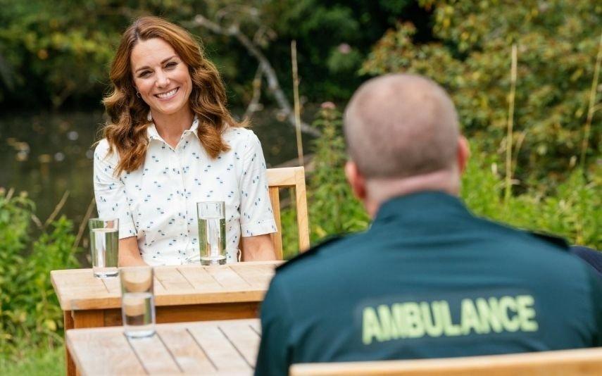 Kate Middleton brilha com vestido branco de verão e doa 2 milhões aos profissionais de saúde