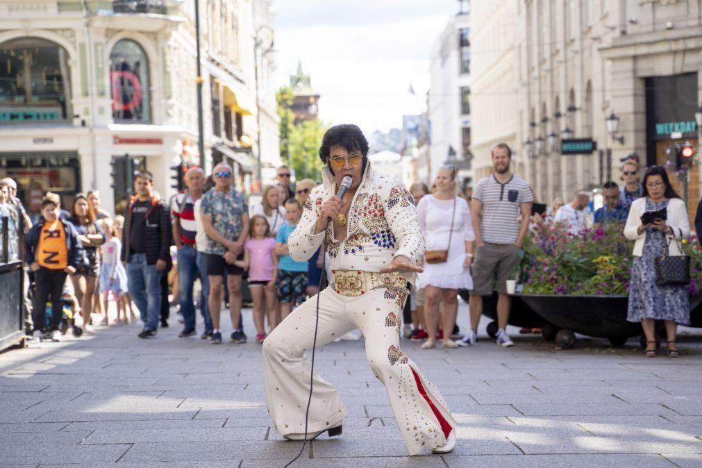 Cantor norueguês bate recorde mundial ao interpretar Elvis Presley durante 50 horas
