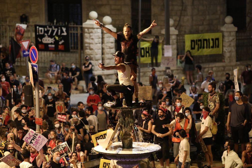 Milhares de israelitas protestaram nas ruas contra Benjamin Netanyahu