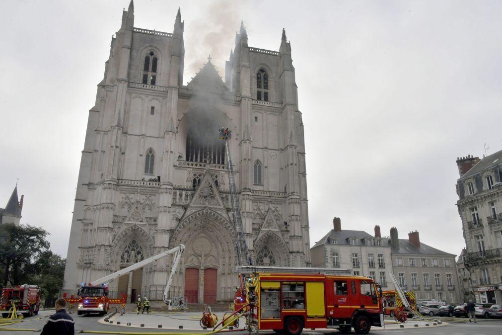 Homem de 39 anos confessa autoria do incêndio da catedral de Nantes