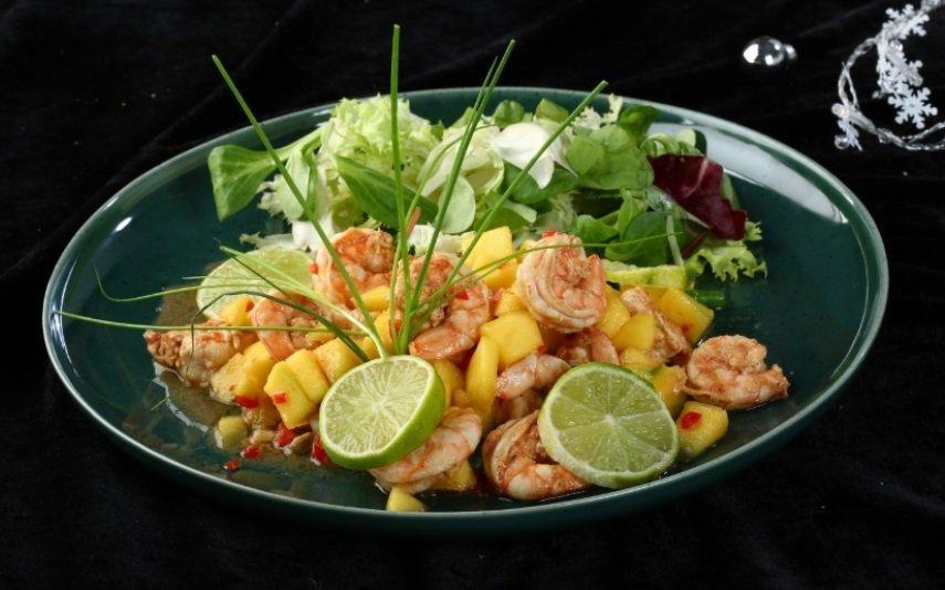 Camarão salteado com manga, receita fresca e deliciosa