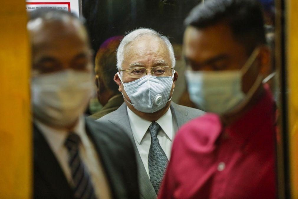 Ex-primeiro-ministro da Malásia condenado por corrupção