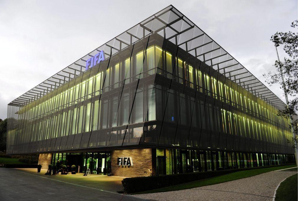 Covid-19: FIFA disponibiliza mil milhões de euros na ajuda ao 'mundo' do futebol