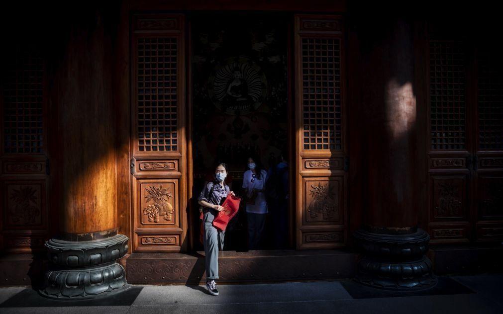 Covid-19: China deteta mais de 100 casos pelo terceiro dia consecutivo