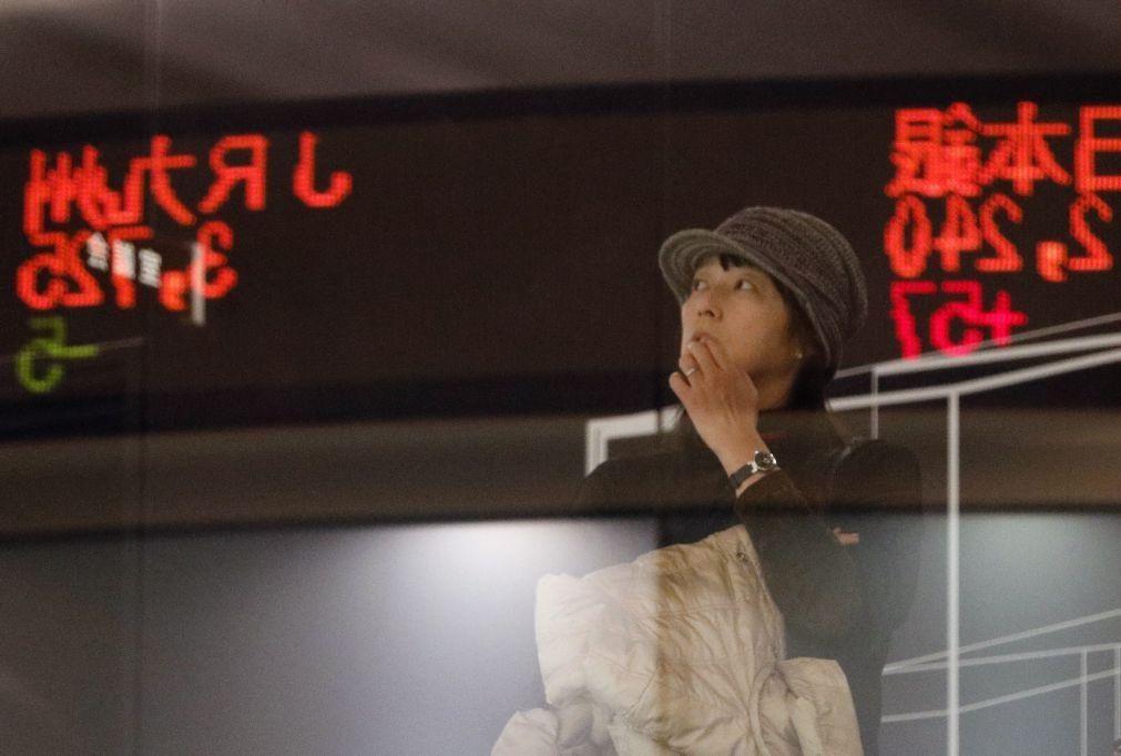 Bolsa de Tóquio fecha a descer 2,82%