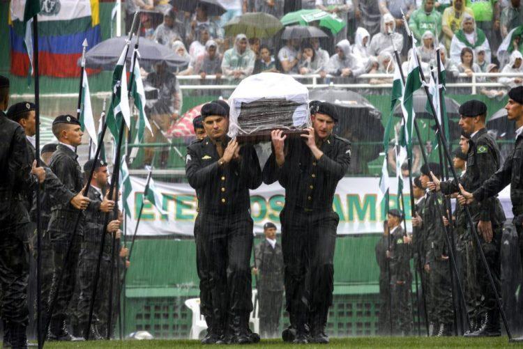 Acidente/Colômbia: Cerca de 100.000 assistem ao funeral coletivo em Chapecó