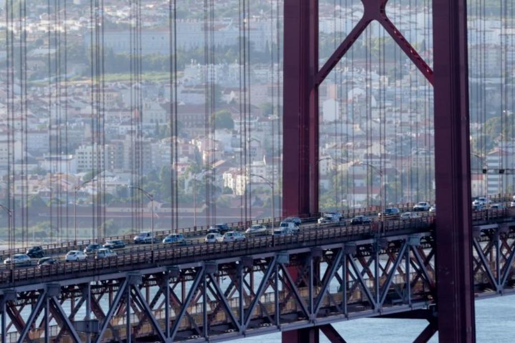 Acidente com três carros condiciona trânsito na Ponte 25 de Abril