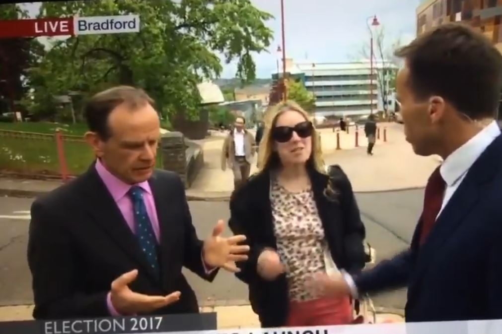 Surreal – Jornalista agarra mama de mulher em direto