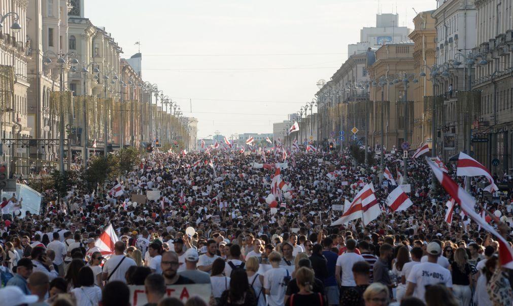 Bielorrússia/Eleições: Manifestações juntam centenas frente a fábricas e à TV pública