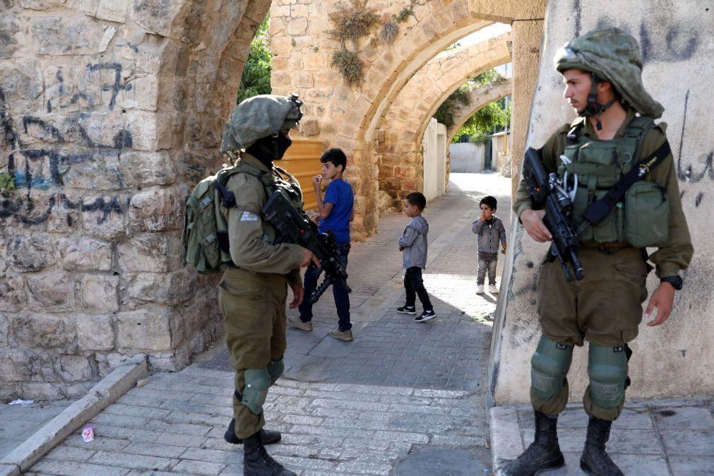 Polícia israelita abate a tiro homem que tentou esfaquear agente na Cidade Velha de Jerusalém