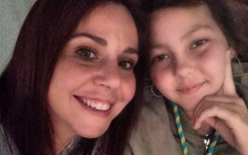 Familiares e amigos amparam Sara Norte no funeral da irmã