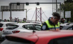 Garrafão' da Ponte 25 de abril enche em regresso 'interrompido' pela PSP