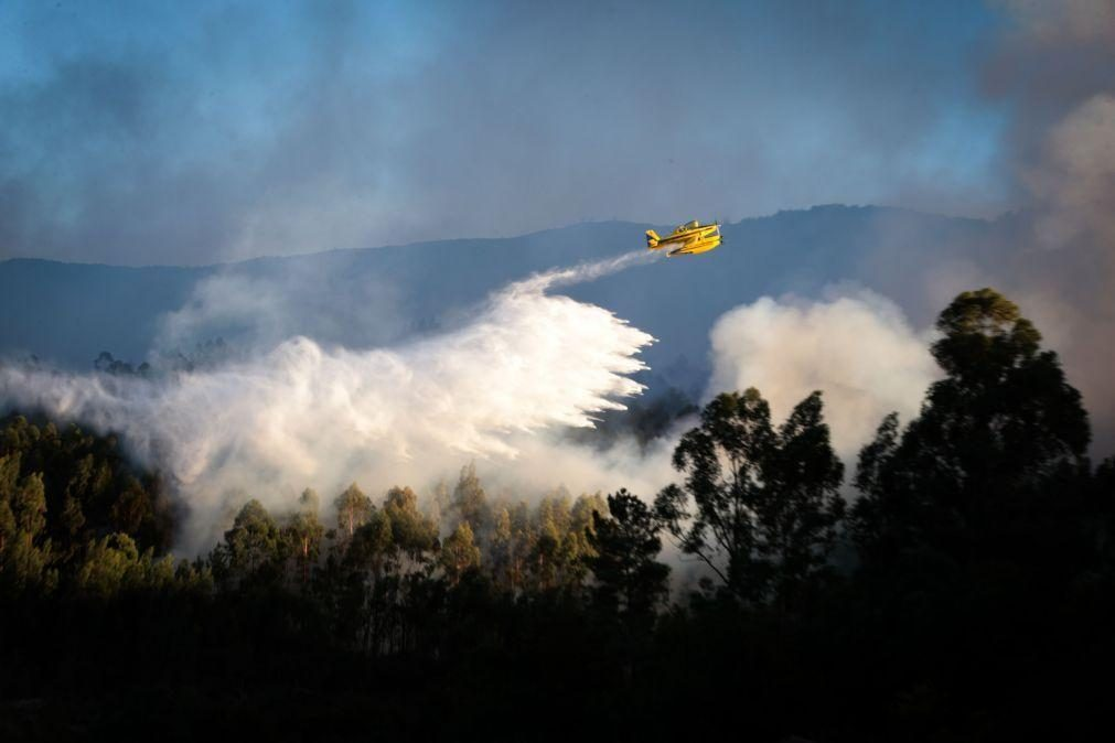 Oito meios aéreos e 712 operacionais mobilizados para o incêndio em Oliveira de Frades