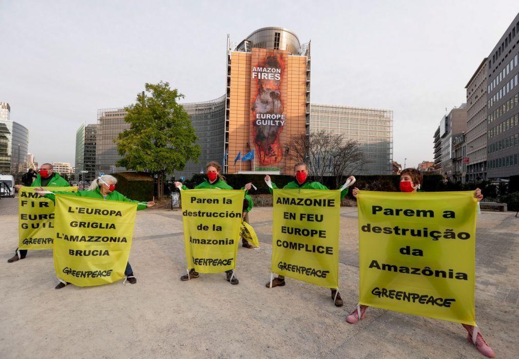 Greenpeace afixa cartaz na sede da Comissão Europeia contra fogos na Amazónia
