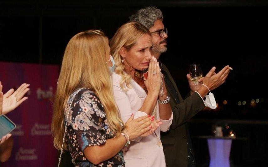 Fernanda Serrano em lágrimas com imagens de Pedro Lima na novela Amar Demais