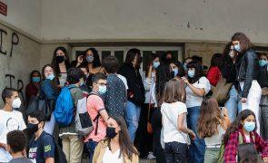 Covid-19: Escolas em Coimbra adaptaram-se mas não conseguiram evitar ajuntamentos à entrada