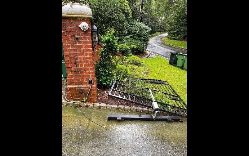 The Rock arranca portão de casa para não chegar atrasado (vídeo)
