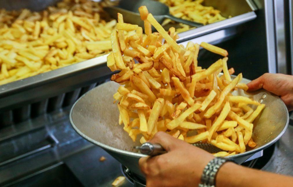 Nível socioeconómico não protege adolescentes de hábitos alimentares menos saudáveis