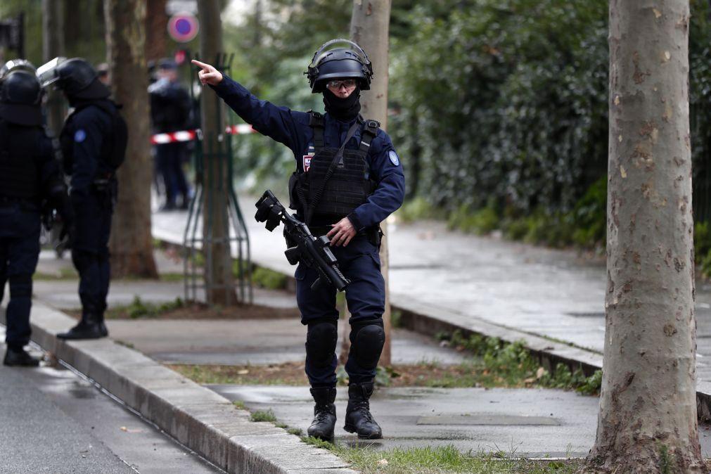 Detido um suspeito do ataque com arma branca em Paris