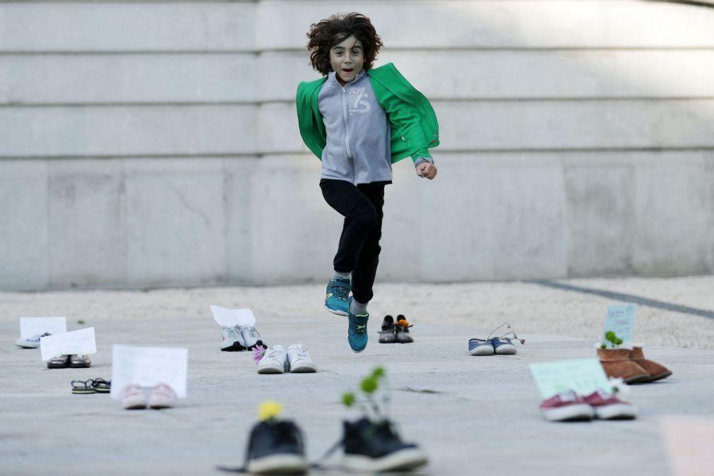 Clima: Grito de ajuda junta jovens e outros representados por pares de sapatos no Porto