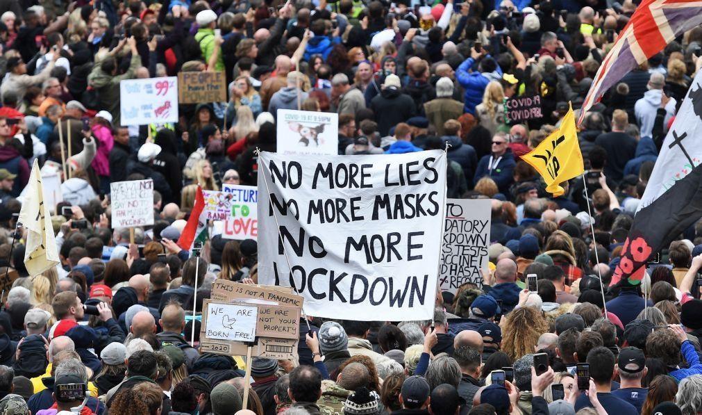 Covid-19: Manifestantes contra restrições confrontam-se com a polícia em Londres
