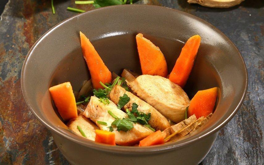 Noodles de frango com papaia Só leva 5 ingredientes e faz-se em meia hora!