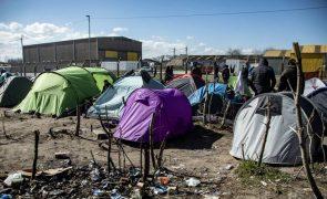 Migrações: Desmantelamento de acampamento em Calais com centenas de migrantes