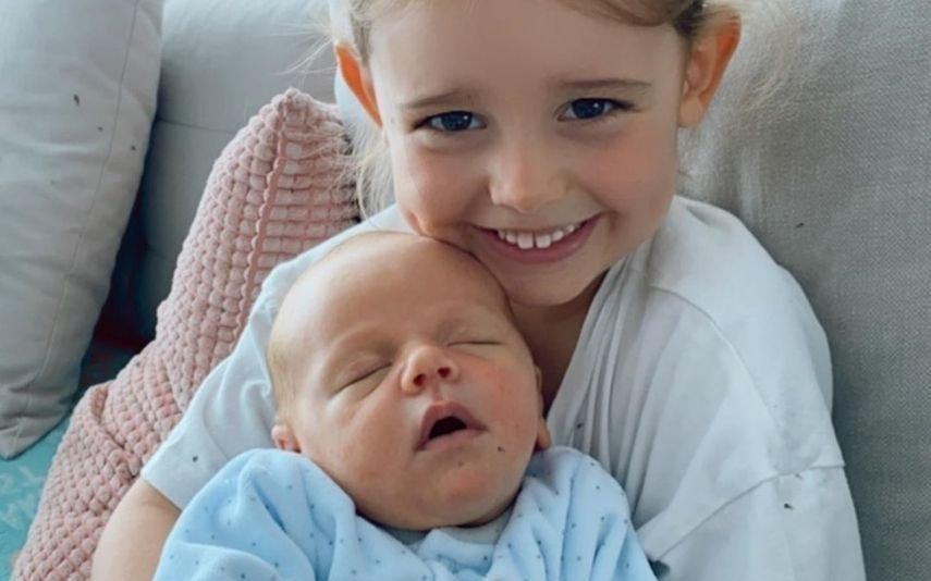 Bruno Fernandes O momento ternurento em que o filho recém-nascido dorme ao colo da irmã de três anos
