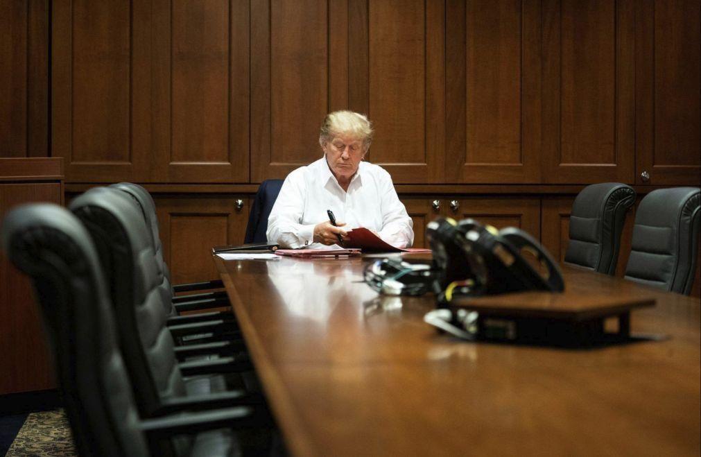 Donald Trump deixa brevemente hospital para saudar apoiantes