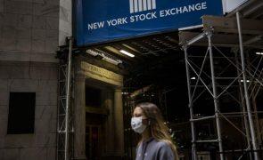 Bolsa de Nova Iorque negoceia no vermelho devido a retrocesso em vacina contra covid-19