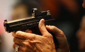 Mulher vai buscar marido a bar com pistola na mão